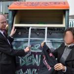 Bezirksbürgermeister Matthias Köhne unterstützt die Aufstellung der Altkleider-Container – Foto: Pressestelle Bezirksamt Pankow